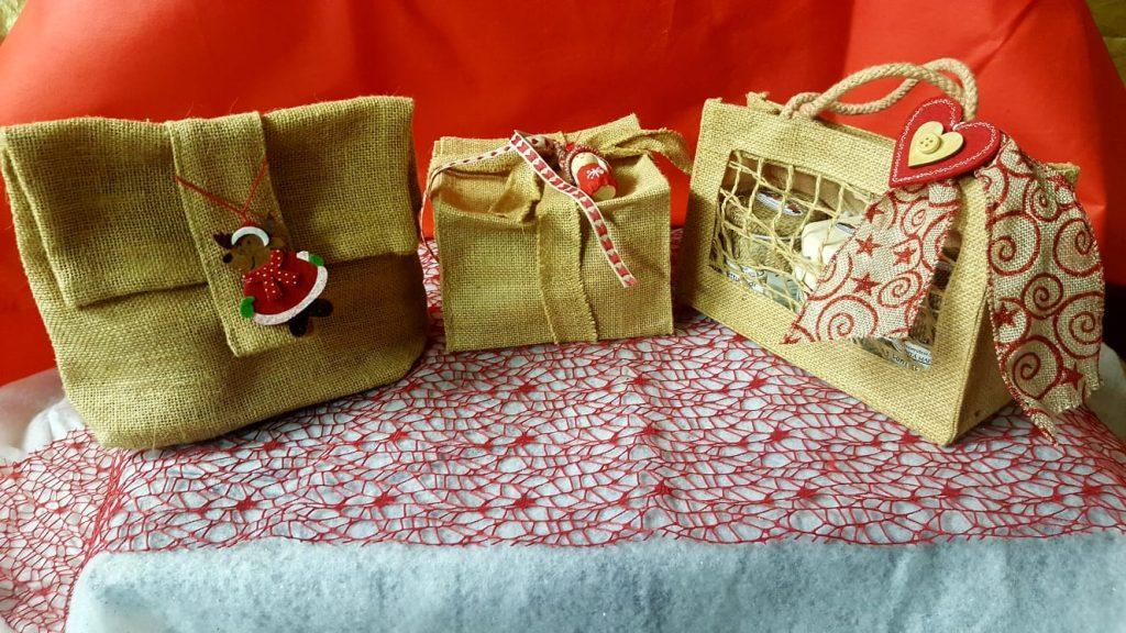 Pacchi regalo di Natale con confezioni in juta